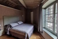 Appartamento composto da: angolo cottura, soggiorno, bagno privato con doccia, camera doppia/matrimoniale. Area esterna riservata con tavolo e sedie.