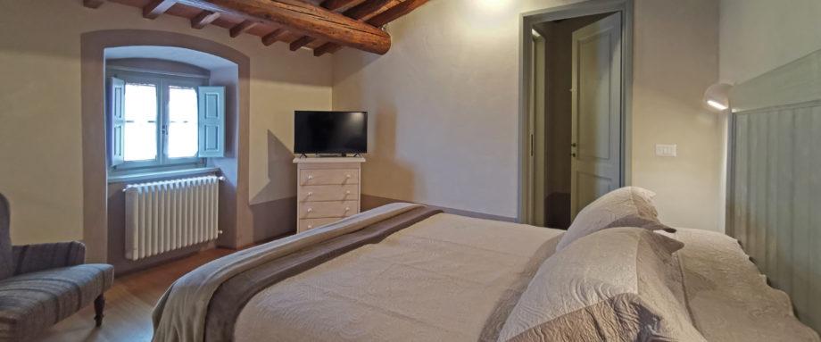 Appartamento composto da: Al piano terra: angolo cottura, soggiorno e ripostiglio. Al piano superiore: camera doppia/matrimoniale e bagno privato con doccia. Area esterna riservata con tavolo e sedie.